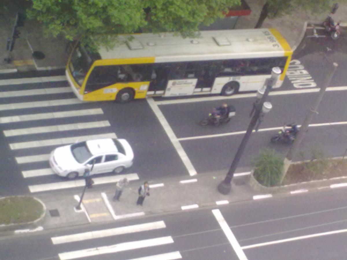Sem táxis nos corredores, ônibus ganham velocidade, aponta estudo da Prefeitura de SP
