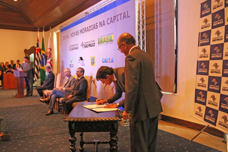 Prefeitura assina parceria para construção de 30 mil casas na cidade