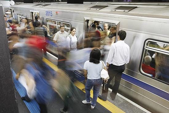 Linha mais cheia do Metrô só terá alívio em 2015, diz diretor