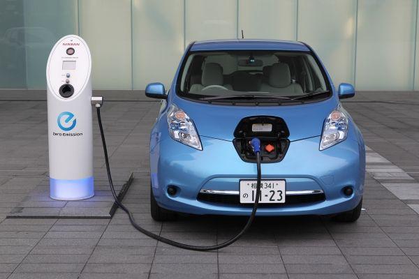 Prefeito assina lei que incentiva uso de carros elétricos ou movidos a hidrogênio