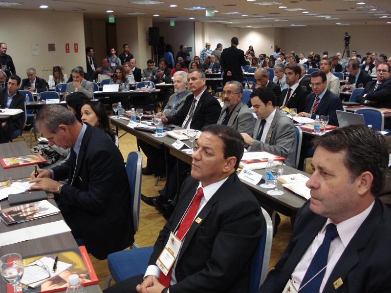 Prefeitos debatem formas de reduzir custos e financiar o transporte público