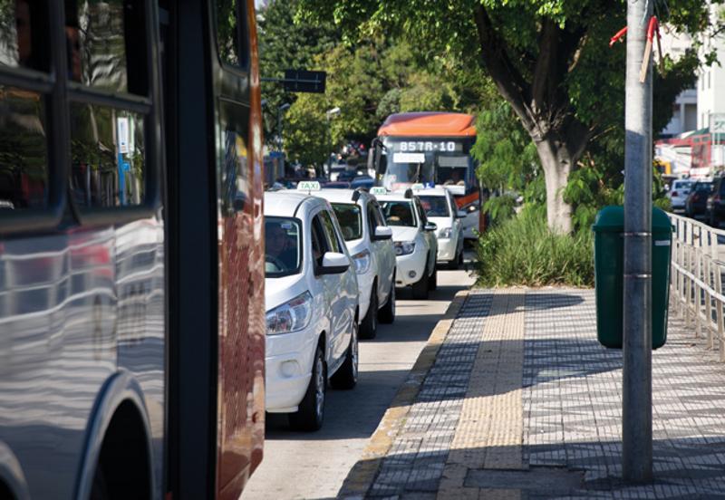 Prefeitura de São Paulo libera táxis em faixas exclusivas de ônibus