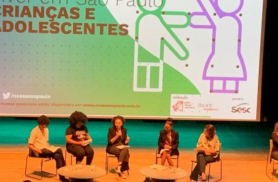 Jovens relatam suas experiências e comentam resultados da pesquisa sobre crianças e adolescentes, durante evento